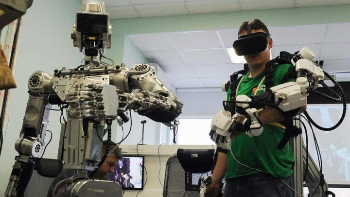 Российские космонавты провели испытания антропоморфного робота