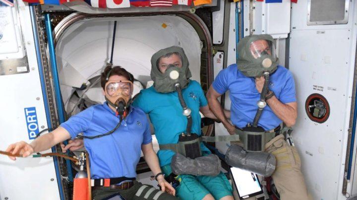 МКС: космонавты провели испытания российских противогазов